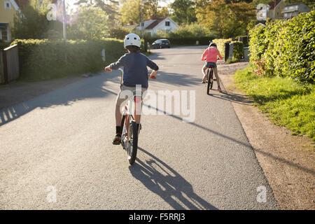 Schweden, Vastergotland, Lerum, Kinder (10-11, 12-13) in sonniger Tag Radfahren - Stockfoto