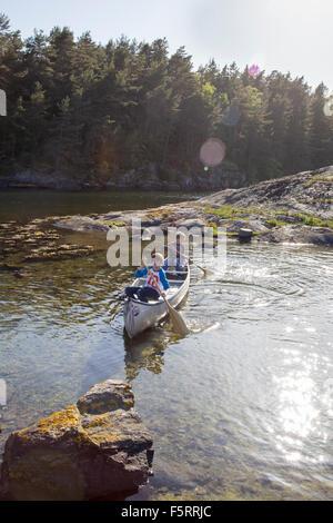 Schweden, Westküste, Bohuslan, Flato, jungen (10-11, 12-13) am Fluss Kanu - Stockfoto