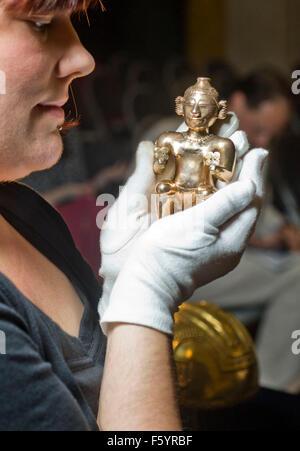 Über El Dorado: Kraft und Gold im alten Kolumbien Herbst zeigen im British Museum. Sitzende weibliche Poporo, Quimbaya, - Stockfoto