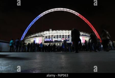 Wembley, London, UK. 17. November 2015.  Fans machen ihren Weg zum Wembley-Stadion, die den Bogen mit der französischen - Stockfoto