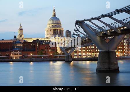 St. Pauls Kathedrale und Millennium Bridge in London am Abend - Stockfoto