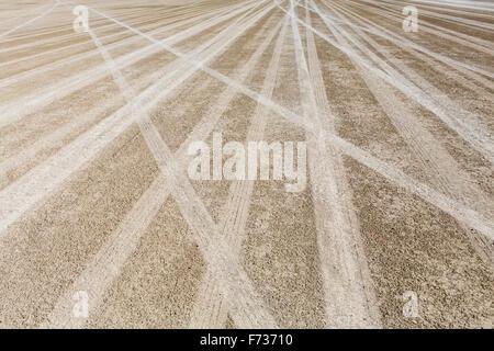 Reifenspuren auf die trockene Oberfläche der Black Rock Desert. - Stockfoto