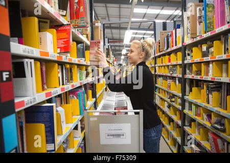 Die Amazon-Erfüllung Zentrum in Hemel Hempstead, Hertfordshire, am Mittwoch, den 25. November, Vorbereitung auf - Stockfoto