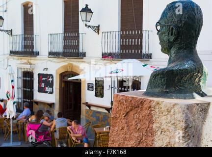 Casares, Provinz Malaga, Andalusien, Südspanien.  Eine Büste von Blas Infante blickt über bar-Leben auf der Plaza - Stockfoto