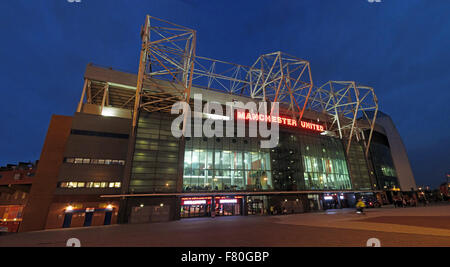 Old Trafford, Heimat des MUFC, Manchester United, bei Dämmerung, England, UK (East Stand) - Stockfoto