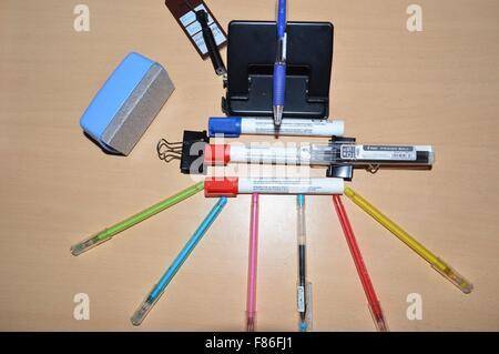 Einen unordentlichen Schreibtisch eines Schülers mit elektronischen Geräten und Studie stopft - Stockfoto