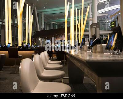 Toronto international Flughafen Terminal 1 Abflug-Lounge-Food-Court; Modern und Esstische mit Tablets und iPads - Stockfoto