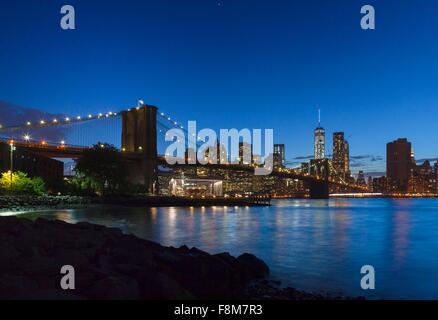 Financial District von Manhattan und Brooklynbridge bei Nacht, New York, USA - Stockfoto