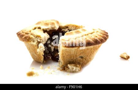 Mince Pie eingeritten Hackfleisch Hälfte zeigt auf weißem Hintergrund - Stockfoto