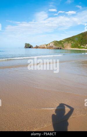 Küste und des Fotografen Schatten unter dem Foto. Torimbia Strand, Niembro, Asturien, Spanien. - Stockfoto