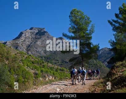 Wanderer unter La Sombra del Lobo oder Schatten des Berges Wolf in der Sierra de Almijara, in der Nähe von Nerja, - Stockfoto