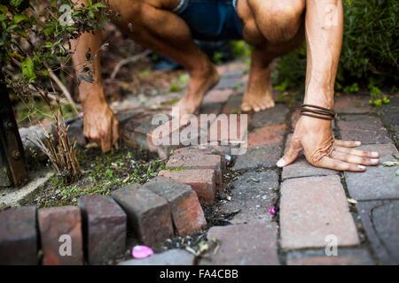 Geringen Teil der Mann entfernen von Unkraut im Garten - Stockfoto
