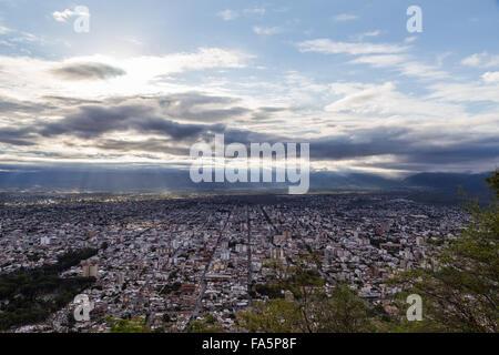 Ansicht von Salta in Argentinien vom Hügel San Bernardo, die mit der Seilbahn erreicht werden kann. - Stockfoto