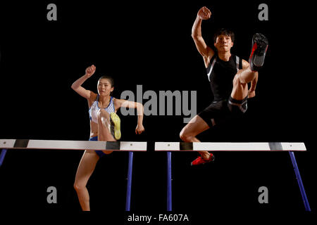 Leichtathleten im Hürdenlauf - Stockfoto