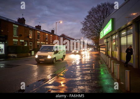 ASDA-Mini-Shop auf Gorton Lane bei Nacht Straße nasses Wetter Pfützen Abend Nacht Dämmerung Dawn Neon Reflexionen - Stockfoto