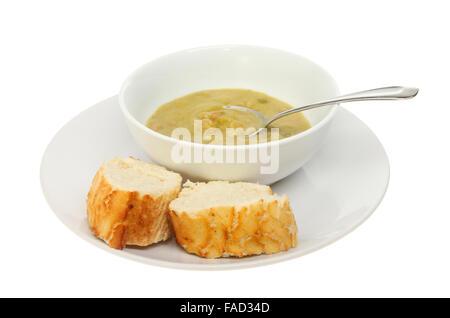 Erbsen und Schinken-Suppe in eine Schüssel mit Scheiben von knusprigem Brot auf einem Teller isoliert gegen weiß - Stockfoto