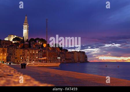 Schöne istrische Stadt Rovinj in Kroatien während des Sonnenuntergangs. - Stockfoto
