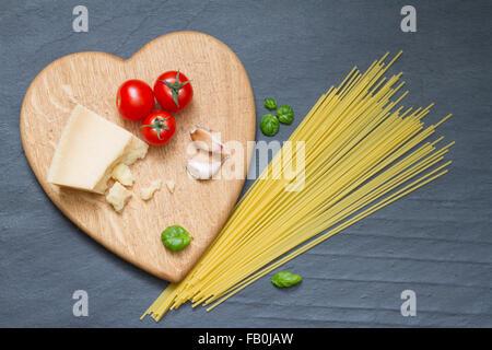 Spaghetti Nudeln Zutaten abstrakte Essen auf schwarzem Hintergrund-Konzept - Stockfoto