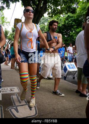 RIO DE JANEIRO, Brasilien - ca. Januar 2013: Junges Paar durchläuft die Massen von Karneval Bloco Straßenfest. - Stockfoto