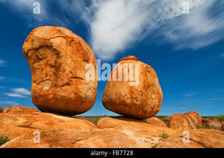 Felsformation der Devils Marbles perfekt im Gleichgewicht. - Stockfoto