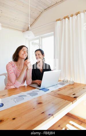 Schweden, net Frauen lachen und Surfen - Stockfoto