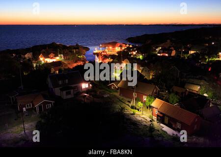 Schweden, Sodermanland, Stockholmer Schären, Oja, Landsort, beleuchtete Dorf am Meer - Stockfoto