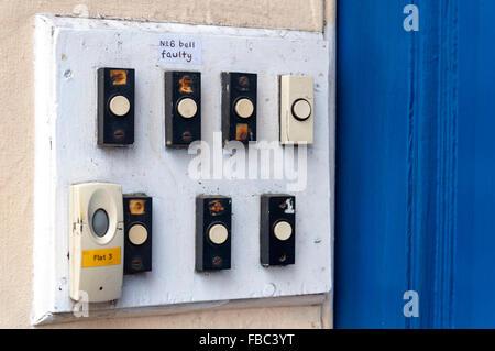 Klingeltastern Nummer 6 sechs Glocke Defekt auf Wohnungen Wohnungen Tür hierhin - Stockfoto