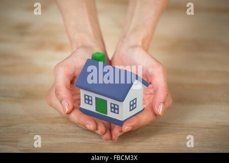Haus an den Händen - Stockfoto