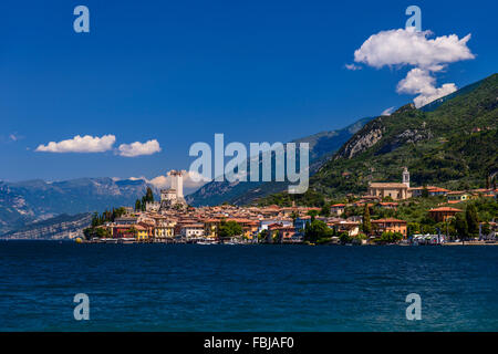 Italien, Venetien, Gardasee, Malcesine, Stadtbild mit Scaliger Burg, Blick von der Seepromenade - Stockfoto