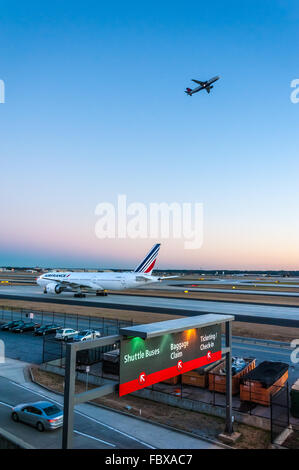 AirFrance Jetliner des Rollens bei Sonnenuntergang auf einer Startbahn am Flughafen Atlanta am stärksten frequentierte - Stockfoto