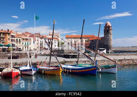 Traditionelle Fischerboote, Festung Kirche Notre Dame des Anges, Collioure, Pyrenäen-Orientales, Languedoc-Roussillon, - Stockfoto