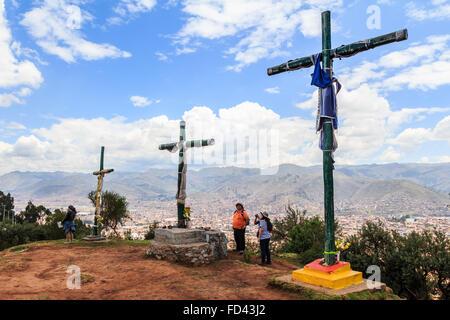 Kreuze auf dem Gipfel mit Blick auf, Cusco, peru - Stockfoto