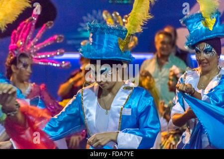 MONTEVIDEO, URUGUAY, Januar - 2016 - attraktive kostümierten Frauen tanzen am Eröffnungsabend Parade der Karneval - Stockfoto