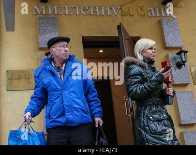 Moskau, Russland. 5. Februar 2016. Leute, die außerhalb einer Geschäftsstelle der Bank Millennium gesehen. © Valery - Stockfoto