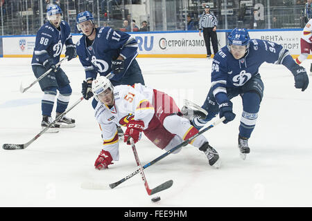 Moskau, Russland. 5. Februar 2016. ANDREI A. MIRONOV (94) von Dynamo Moskau kollidiert mit BRANDON KOZUN (51) der - Stockfoto