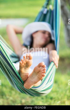 Entspannen in der Hängematte. Sommertag. - Stockfoto