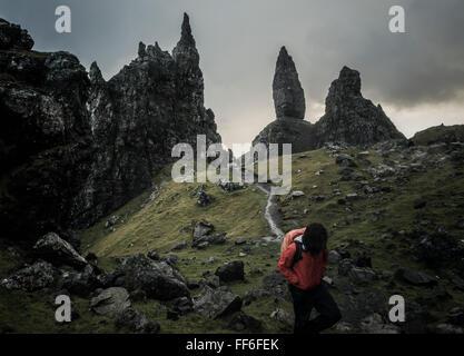 Zwei Personen mit Rucksäcken auf einem schmalen Pfad steigt zu einer dramatischen Landschaft von Felsen Zinnen - Stockfoto