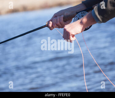 Nahaufnahme von Fliegenfischer Abisolieren Linie - Stockfoto