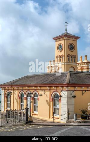 Historische Gebäude des alten Rathauses an Waterfront Cobh, Irland   Altes Rathaus Im Hafen von Cobh, Irland - Stockfoto