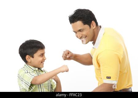Vater und Sohn spielen Boxen und jede andere berühren Faust der rechten Hand Herr #703N 703R - Stockfoto