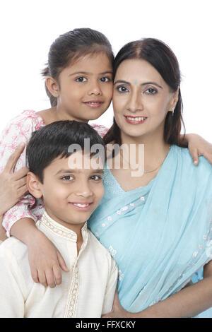 Mutter mit Sohn und Tochter nahe beieinander sitzen, Herr #703N, 703O, 703S - Stockfoto