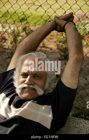 Älterer Herr, der über sechzig Jahre alt Dehnung träge Herr #671 - Stockfoto