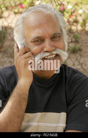 Älterer Herr, der über 60-jährigen Alter sprechen auf mobile Herr #671 - Stockfoto