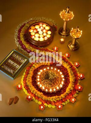 Diyas Öl Lampen Süßigkeiten und Blumen Arrangement für Diwali-fest; Indien - Stockfoto