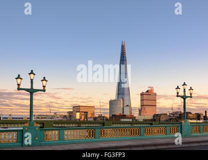 Shard London betrachtet von einer der Brücken über den Fluss Themse. - Stockfoto