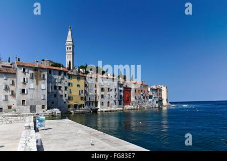Geographie/Reisen, Kroatien, Istrien, Rovinj, Kai mit Altstadt und Turm, Additional-Rights - Clearance-Info - Not - Stockfoto
