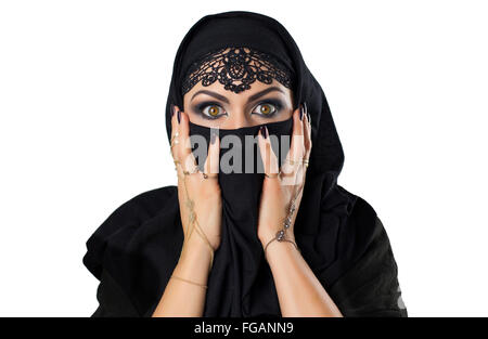 Schöne kaukasischen junge Frau mit schwarzen Schleier auf Gesicht Angst / schockiert. Mit fency arabischen Kostüm - Stockfoto