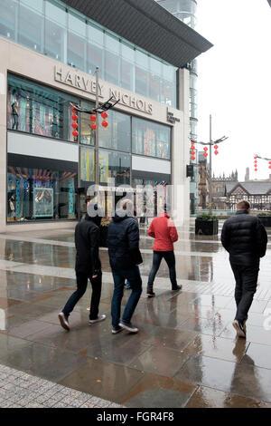 Manchester, UK - 17. Februar 2016: Regen auf neue Cathedral Street mit seinen Harvey Nichols Store - Stockfoto