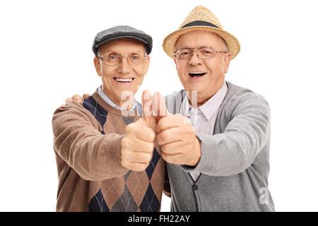Zwei alte Freunde Daumen aufgeben und umarmen einander isoliert auf weißem Hintergrund - Stockfoto