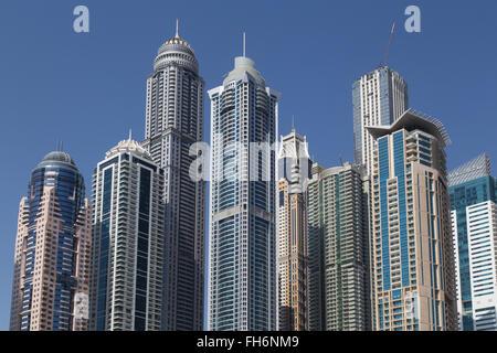 Dubai, Vereinigte Arabische Emirate - 17. Oktober 2014: Foto der Wolkenkratzer in Dubai Marina. - Stockfoto